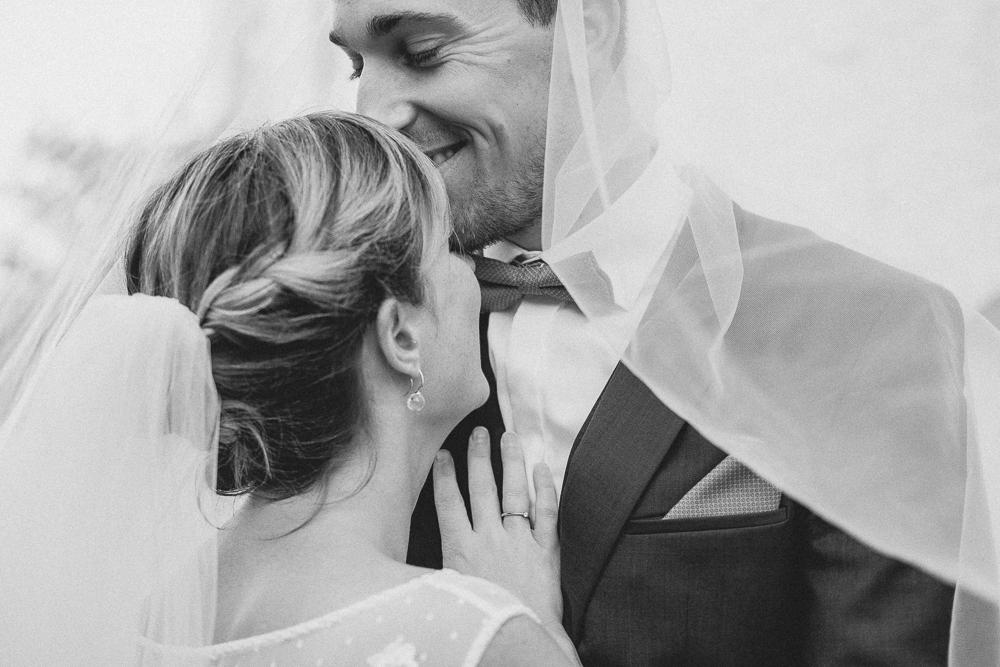 Brautpaar unter Schleier - Hochzeitsfoto